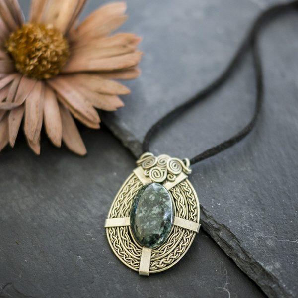 amulett-neusilber-jade-detail