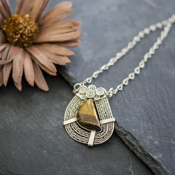 amulett-neusilber-tigerauge-detail
